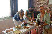 Iedereen helpt met delen van de taart.